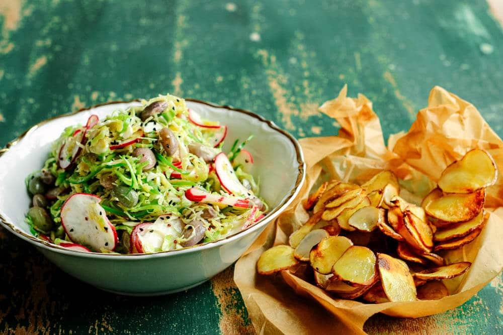 Rosenkohlsalat mit Rettich und Bohnen und dazu Topinambur-Chips