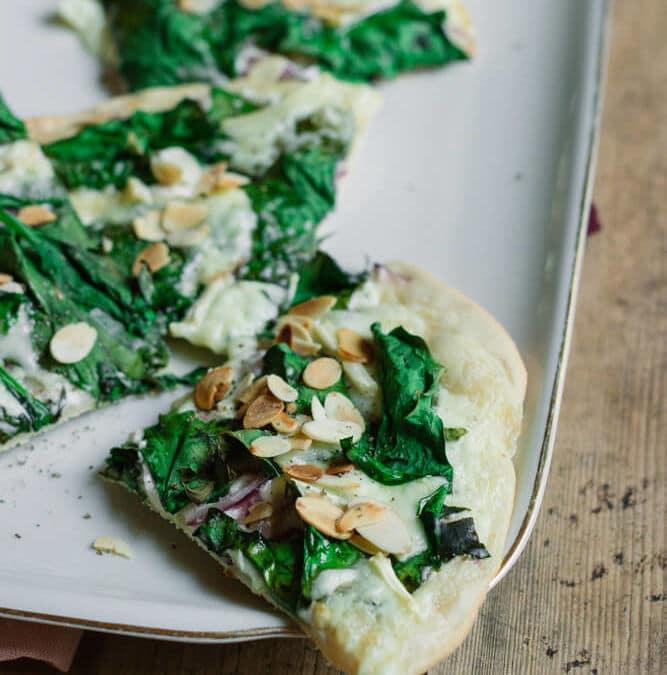 Flammkuchen selbst machen – mit Spinat und Mandelblättchen (vegetarisch)