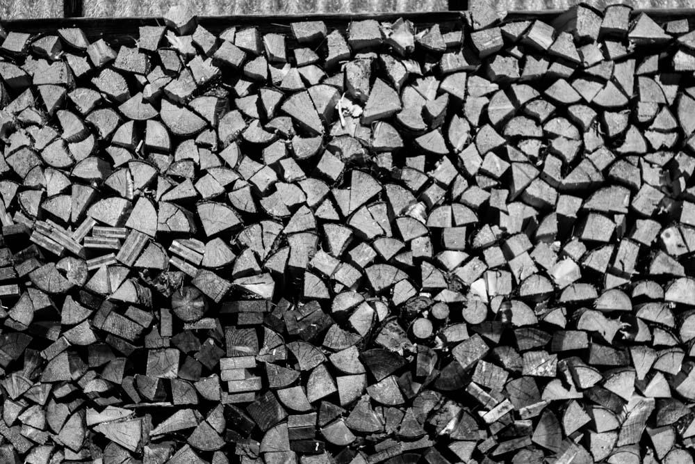 Aufgestapelte Holzscheite