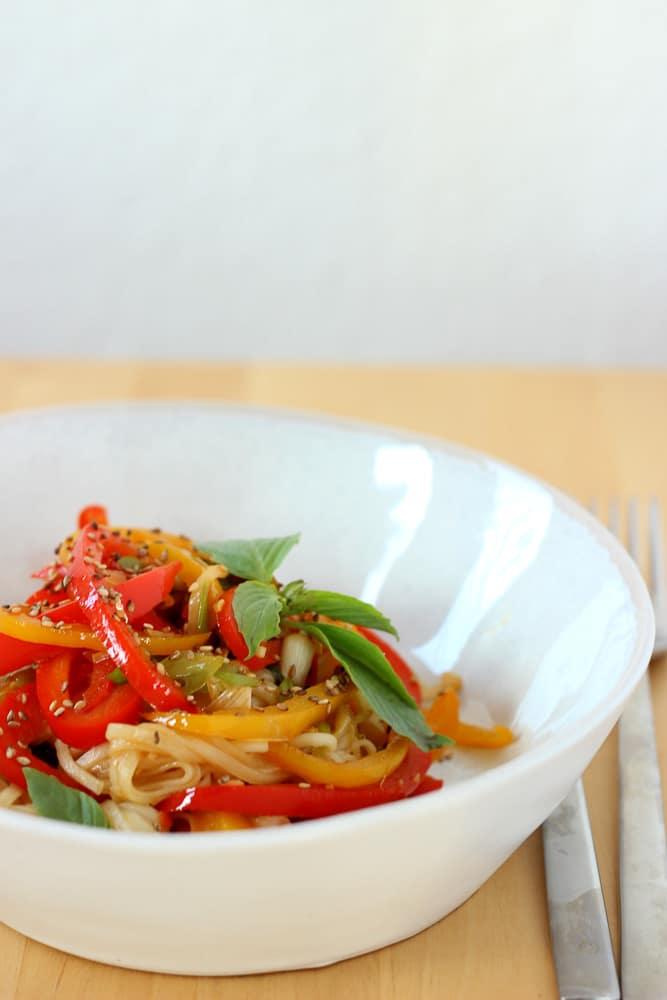 Udon-Nudelpfanne mit Paprika und Sesam - lenasfoodforfriends