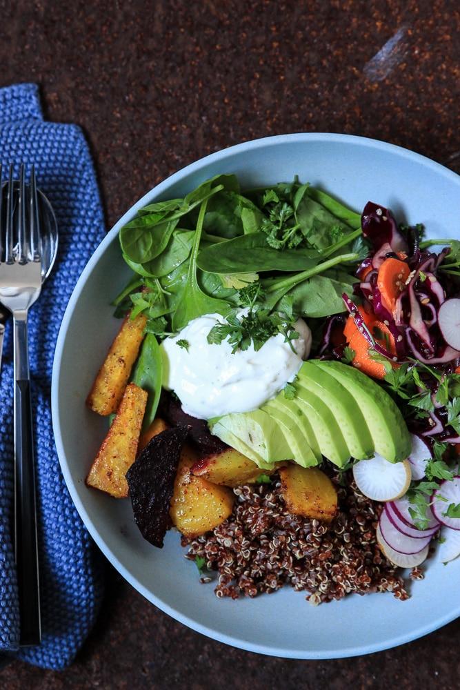 Buddha Bowl mit Rote Bete, Quinoa und Avocado