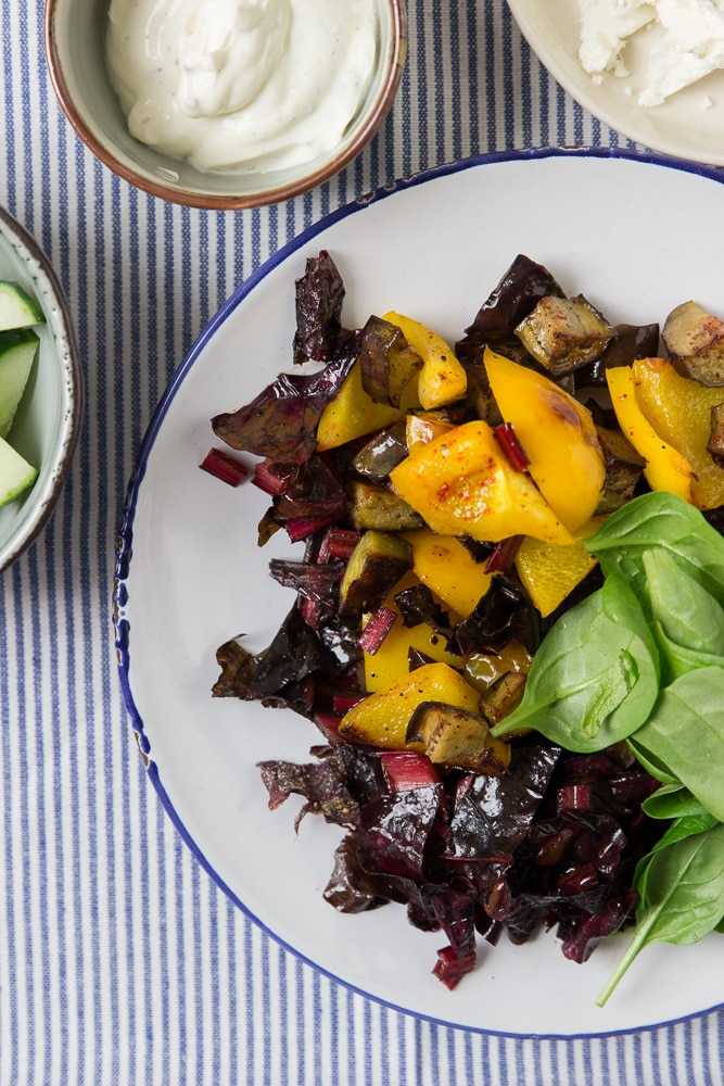 Selbst gemachte Wraps mit Mangold, Paprika, Feta und Spinat