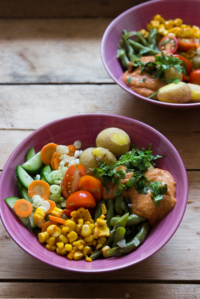 Gado Gado vegan mit neuen Kartoffeln, grünen Bohnen und Mais