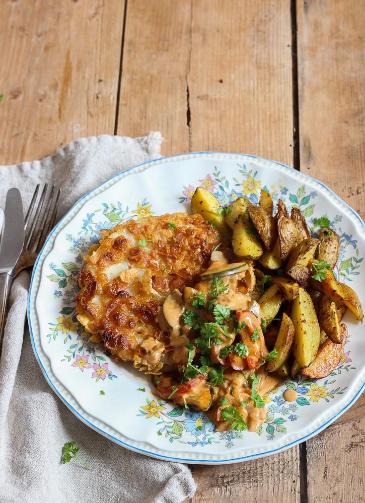 Sellerieschnitzel mit veganer Bratensoße, Kartoffelecken und Conflakespanade
