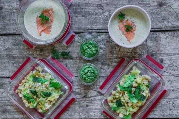 Lunch Prep mit Wirsing, Suppe, Spätzle und Pesto