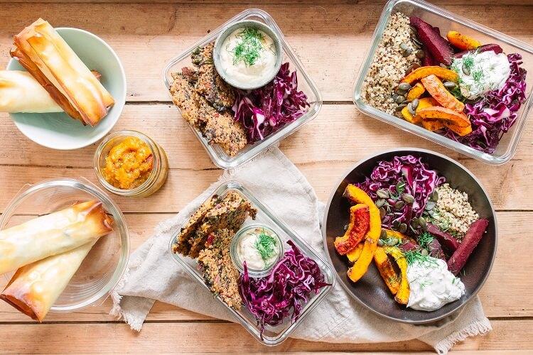 Meal Prep vegetarisch – mit Frühlingsrollen aus dem Backofen, Rotkohl-Bowl und Quinoa-Bratlingen