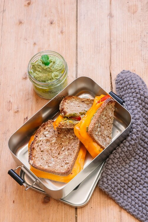 Veganes Grilled Cheese Sandwich mit veganem Pesto