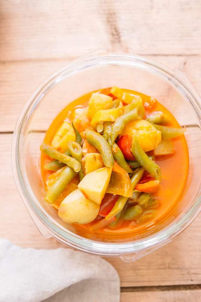Meal Prep vegan mit einem Curry mit grünen Bohnen
