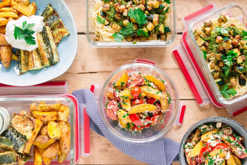 Meal Prep Boxen mit Meal Prep Gerichten für die ganze Familie: Kartoffelsalat und Nudeln mit Zucchini