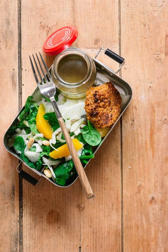 Vorkochen für die Woche mit Salat, Polenta und Bratlingen