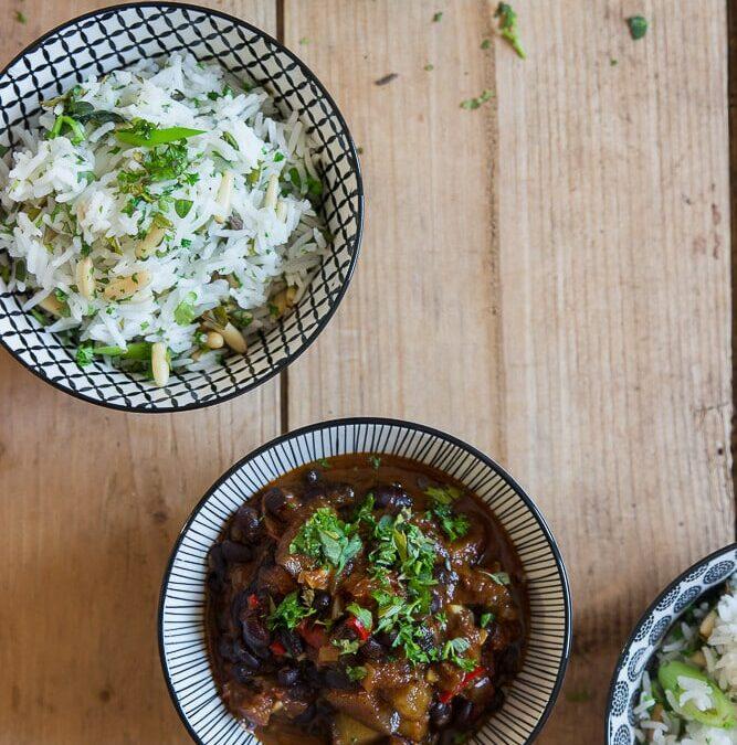 Bohnen-Chili mit Kräuter-Reis oder was macht man eigentlich mit schwarzen Bohnen?