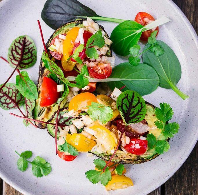 Gegrillte Avocado mit Tomatensalsa oder warum vegetarisch Grillen lecker ist